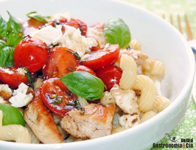 Cavatappi con tomates balsámicos, albahaca y queso de c