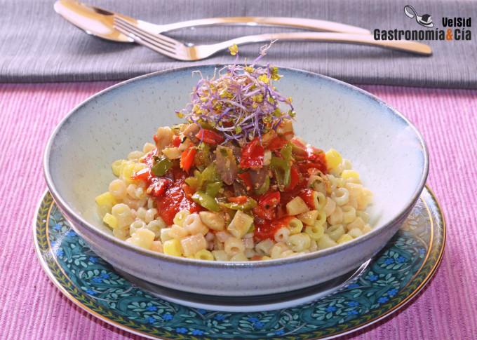 Pasta de arroz y quinoa con salsa de tomate y pimientos