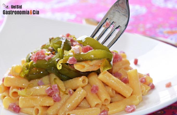 Pasta de lentejas rojas con pimientos fritos y jamón