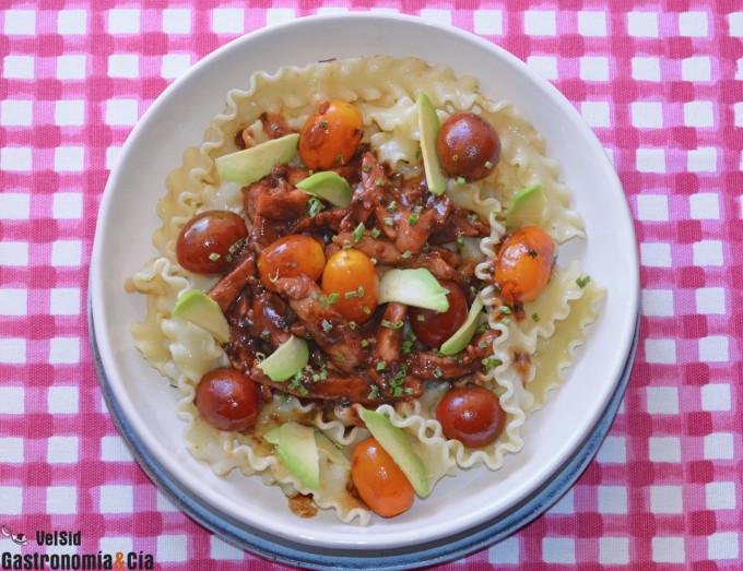 pasta mafalda y pollo marinado con salsa teriyaki, toma