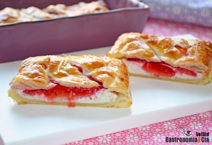 Hojaldre relleno de queso y fresas