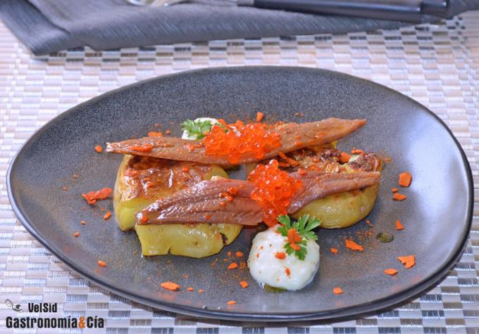Patatas con salsa toum y sardinas anchoadas