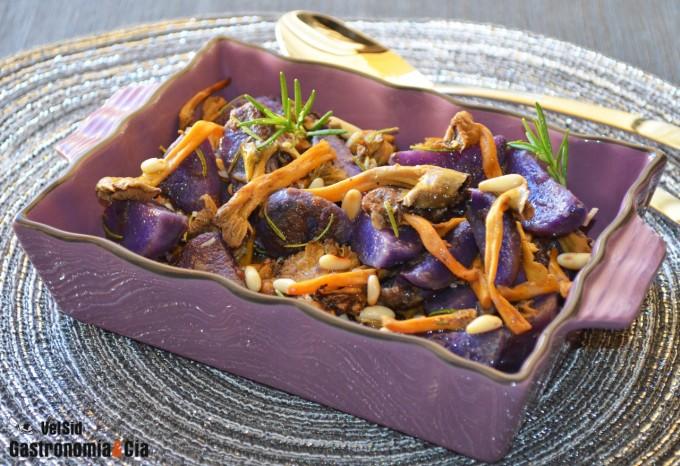Patata violeta con angula de monte y piñones