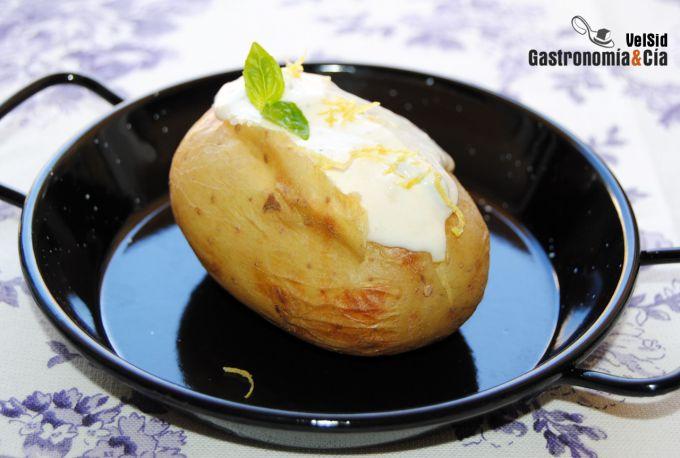 Patatas asadas con salsa de ajo y albahaca