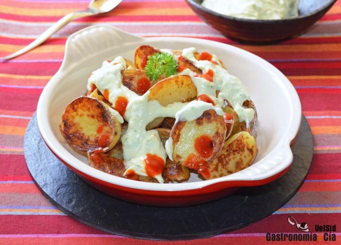 Patatas salteadas con sriracha y falsa mayonesa de ajo