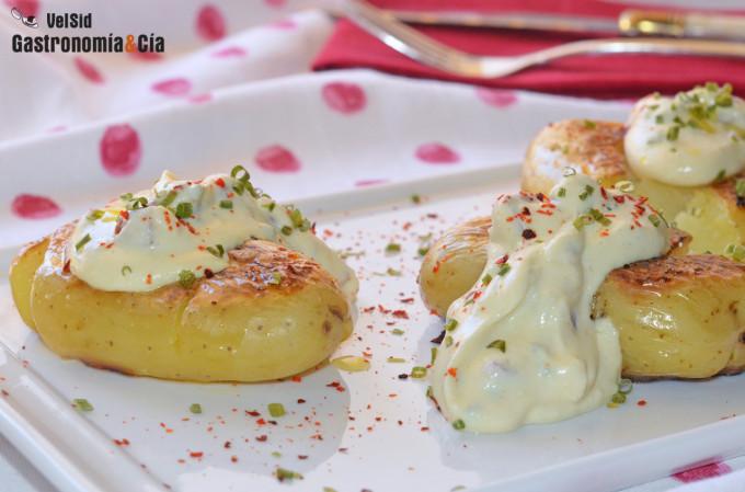 Patatas asadas y crujientes con mahonesa ligera de jamó