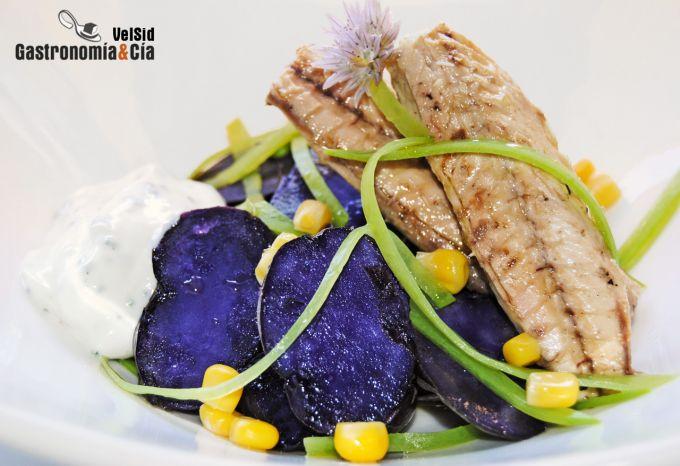 Ensalada de patata violeta, tirabeques y caballa