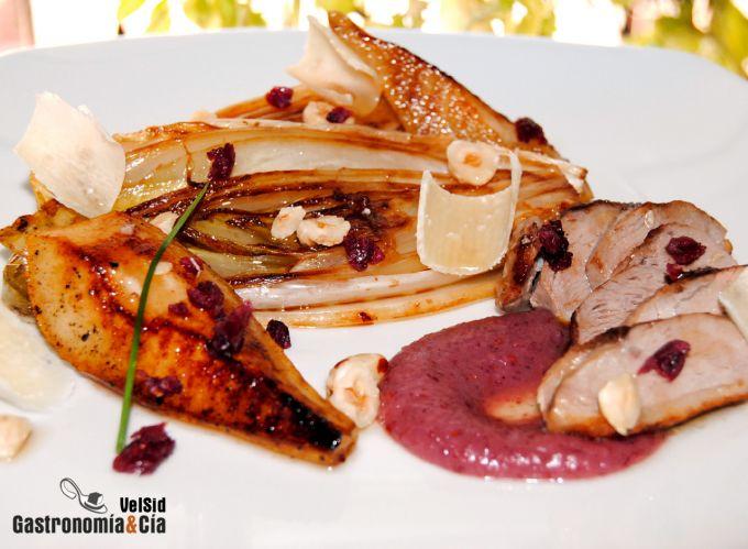 Pato, endivias y peras con salsa de arándanos rojos