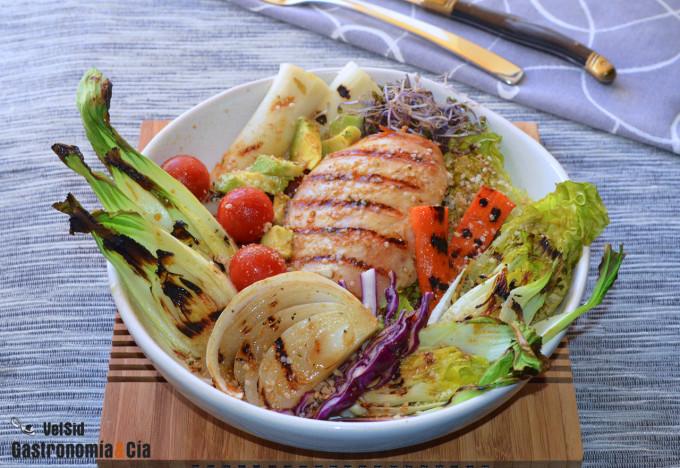 Pollo a la parrilla con verduras y vinagreta de tamari,