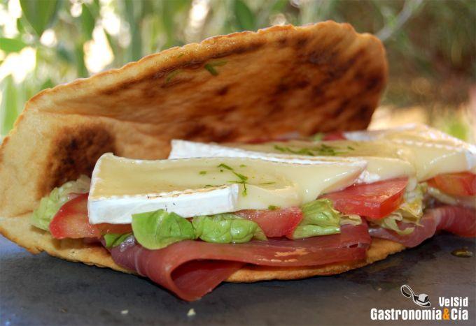 Piadina de jamón y queso brie