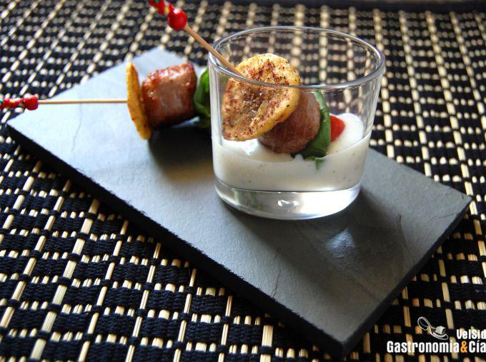 Pincho de Butifarra con plátano macho y crema de ajo