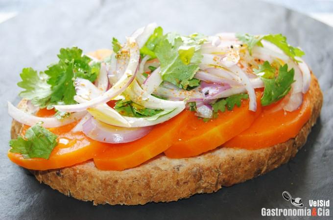 Pan de semillas con calabaza asada, cebolla y cilantro