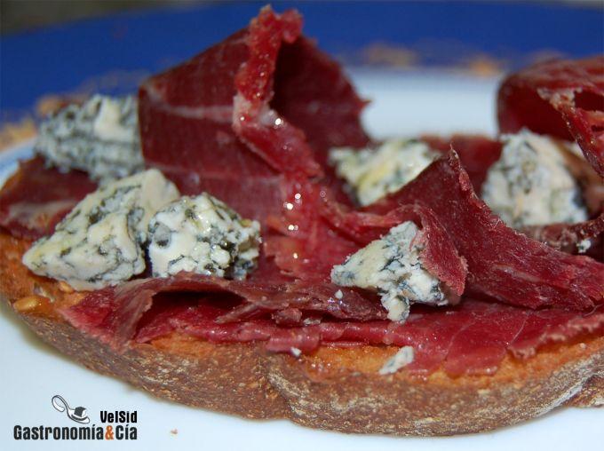 Pincho de cecina con queso de Valdeón y aceite de trufa