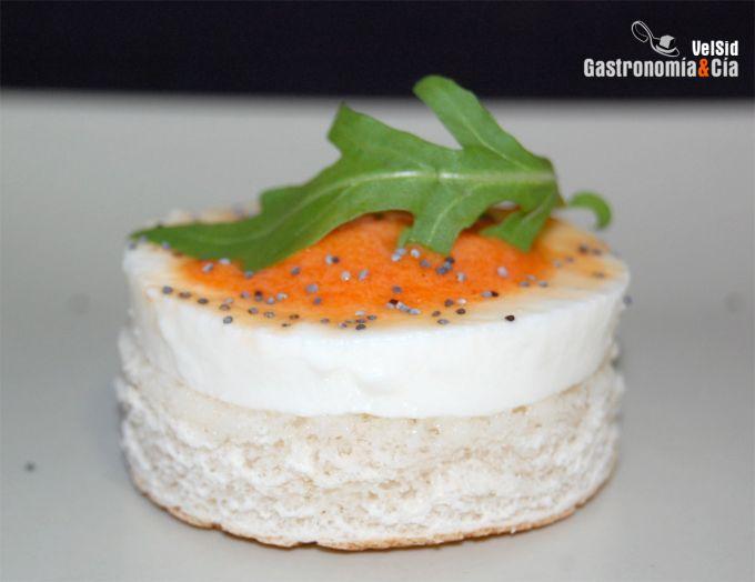 Pincho de queso fresco con crema de piquillos y anchoa