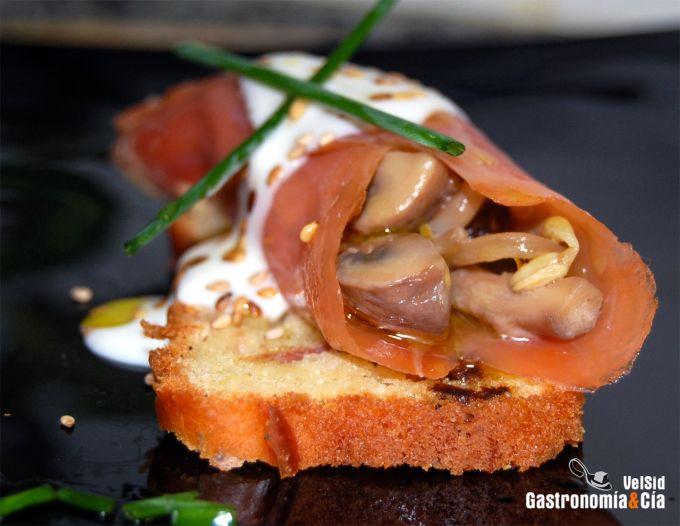 Rollito de salmón con champiñones y queso ahumado
