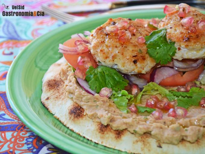 Pan pita con hummus de alubias, pollo especiado y grana