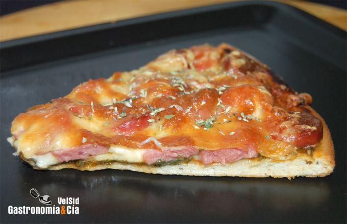 Pizza brava con espinacas y frankfurt