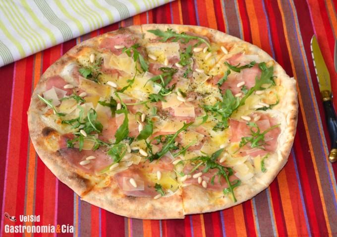 Pizza de carpaccio, rúcula y piñones
