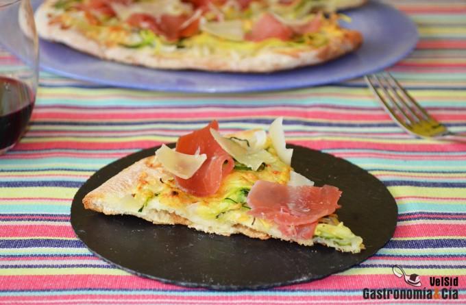 Pizza de espaguetis de calabacín y jamón serrano