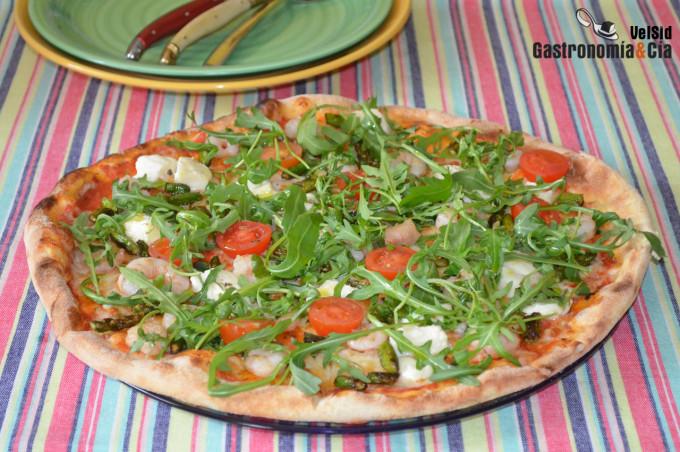 Pizza de gambas, espárragos, mozzarella y rúcula