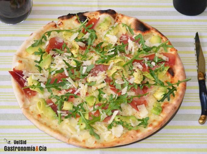 Pizza blanca de aguacate y jamón
