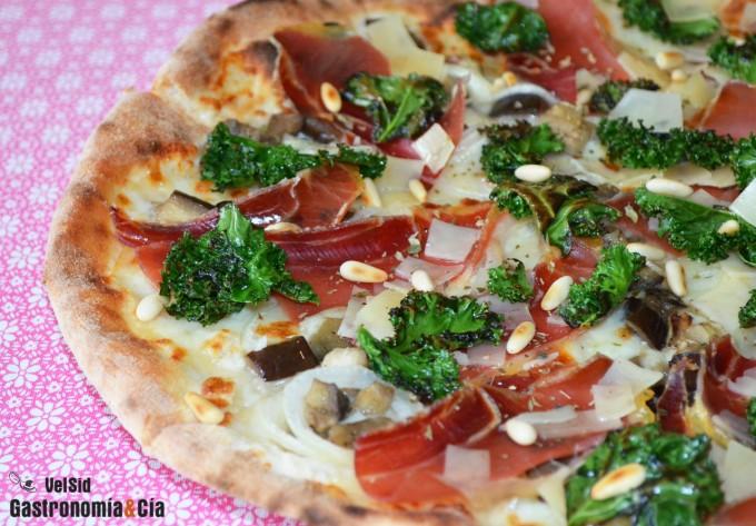 Pizza con kale, berenjena y jamón