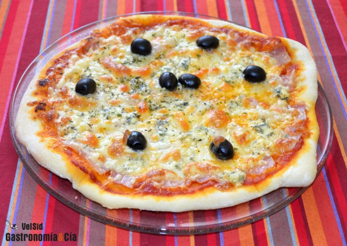 Pizza de panceta y queso azul