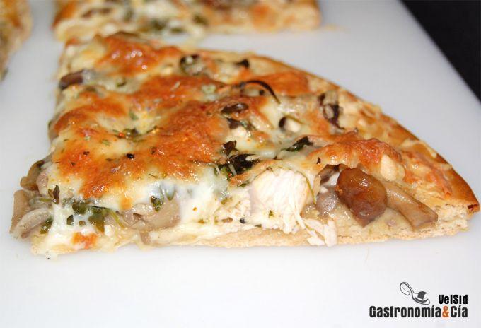 Pizza de pollo, setas y pasta de jengibre y ajo