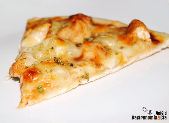 Pizza de pollo, piña y salsa barbacoa