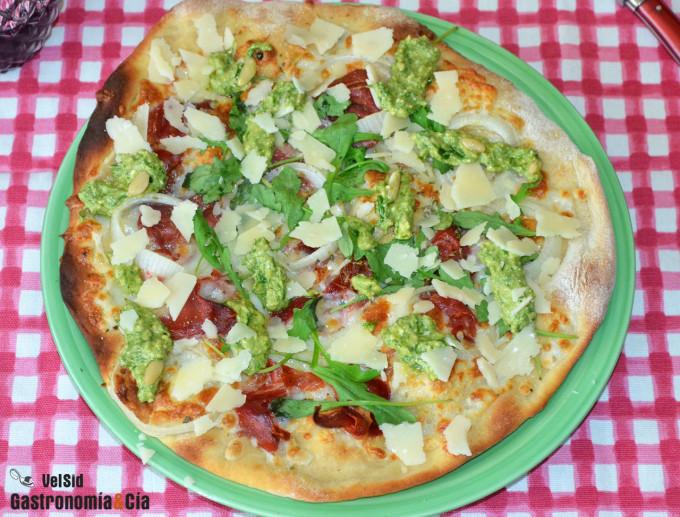Pizza con ricota, jamón y pesto de cebollino