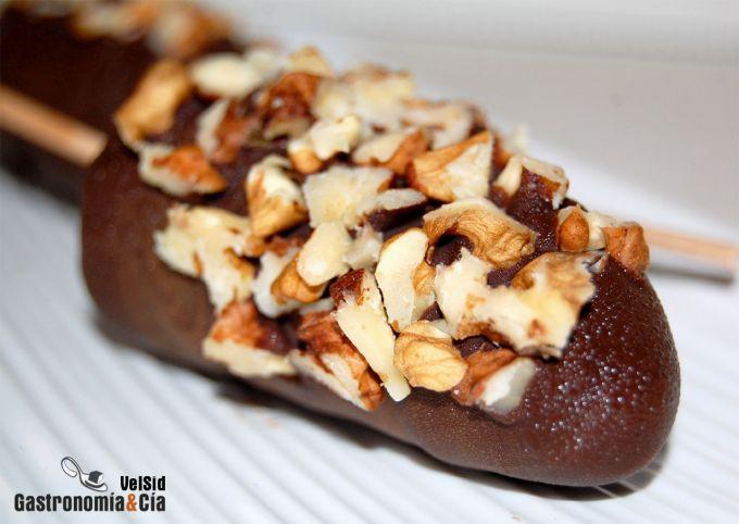 Plátano helado con chocolate y nueces