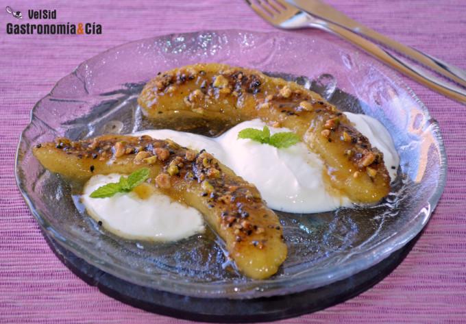 Plátano caramelizado con miel y dukkah