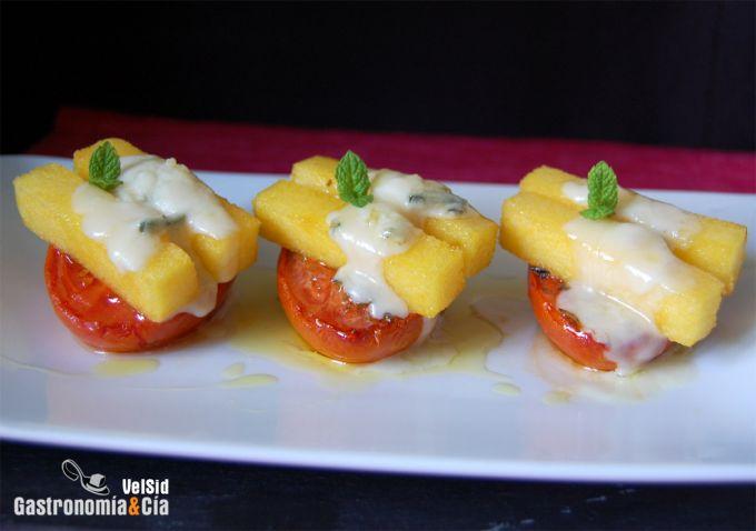 Polenta frita con tomates al horno y gorgonzola