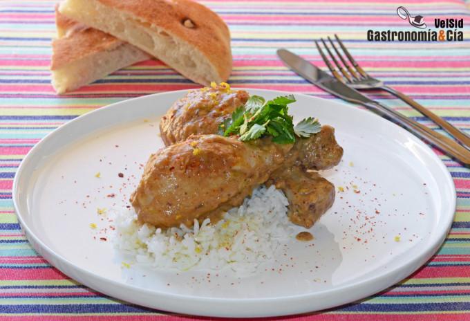 Pollo con salsa de cacahuetes y limón encurtido