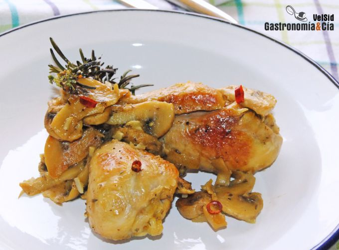 Pollo con champiñones y romero ahumado
