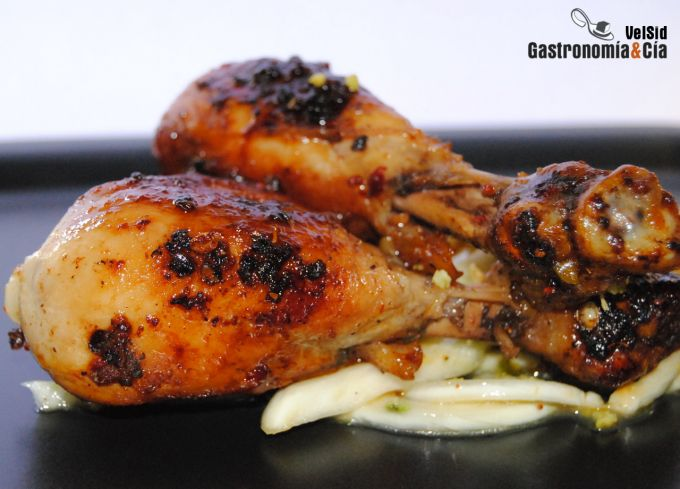 Muslos de pollo con pimienta Sichuan, hinojo y pistacho