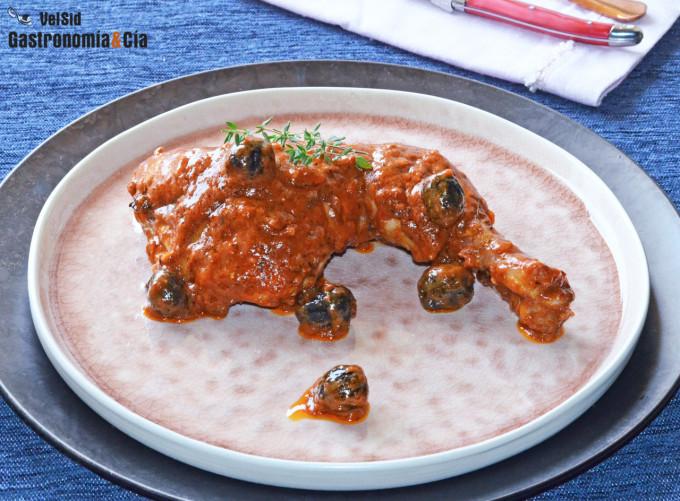 Pollo en salsa romesco con aceitunas