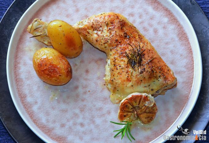 Pollo al horno con patatas, ajo y romero
