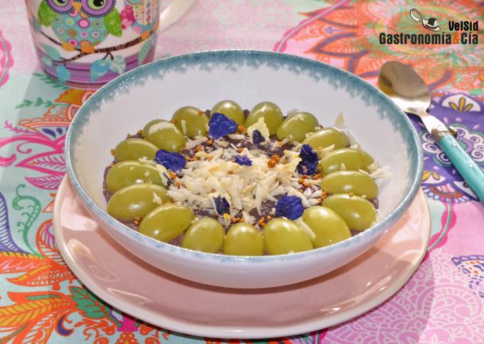 Porridge o gachas de avena y açai con uvas y nueces