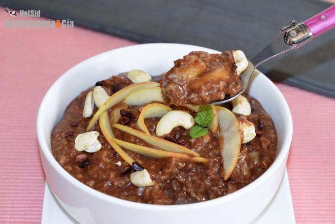 Porridge con algarroba, manzana y pera