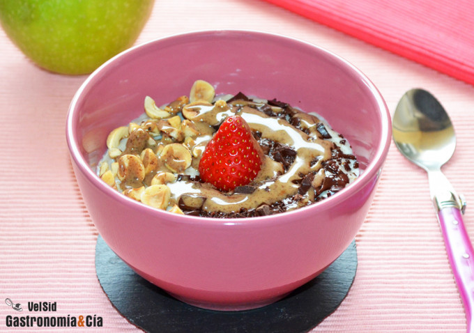 Porridge con chocolate y avellanas