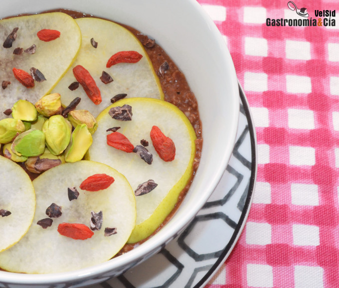 Gachas de avena con chocolate, pera y pistachos