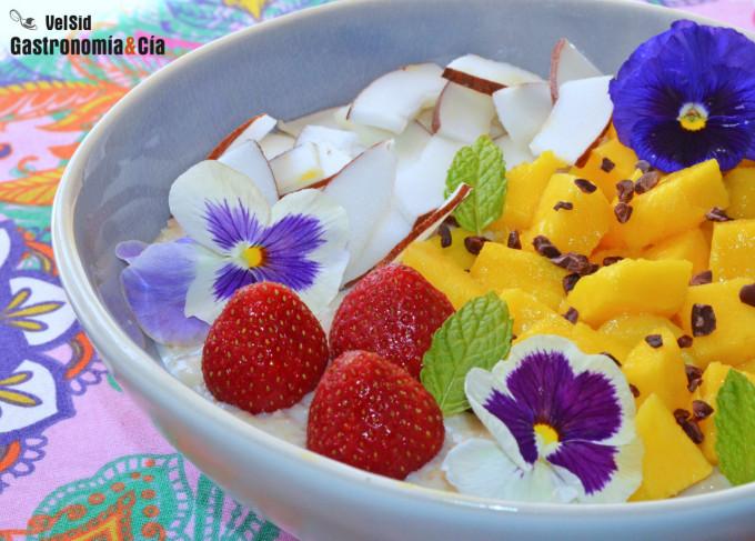 Porridge frío de coco y mango