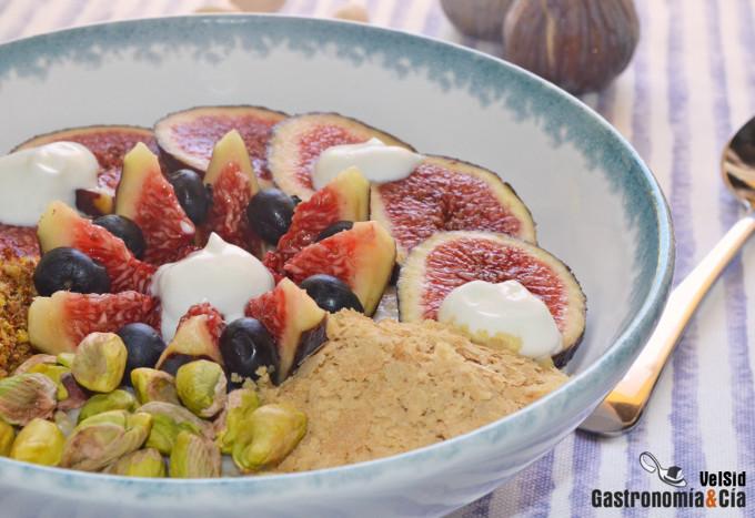 Porridge con higos, yogur y pistachos