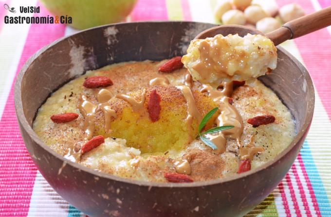 Porridge con manzana asada y manteca de cacahuete