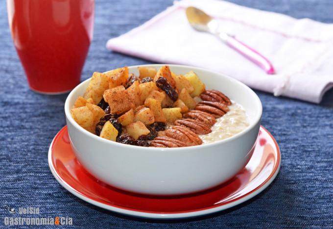 Porridge con manzana, pasas y nueces. Desayuno saludabl