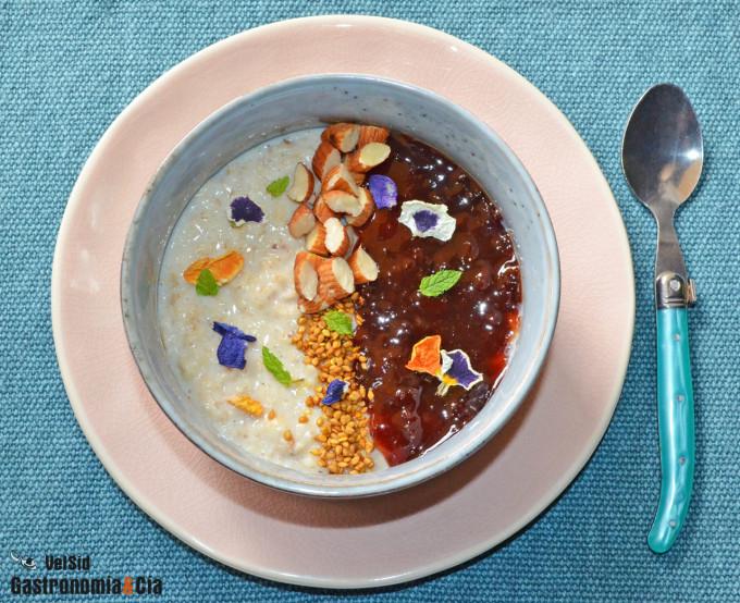 Porridge con mermelada de cerezas y almendras