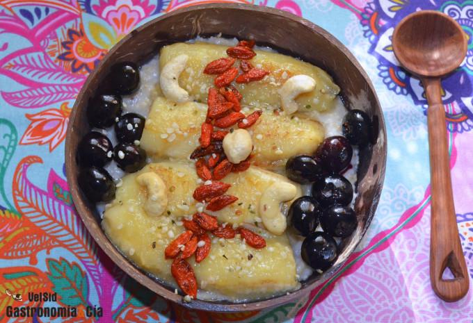 Porridge con plátano caramelizado y arándanos