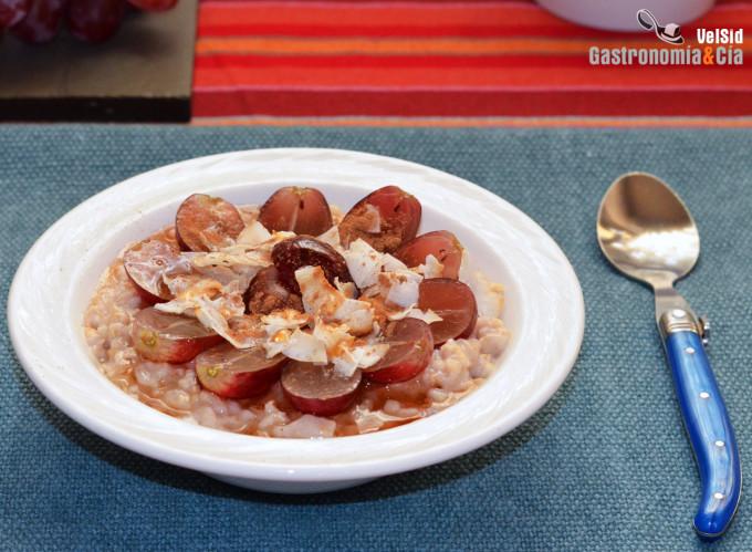 Gachas de avena con uvas, coco tostado y especias