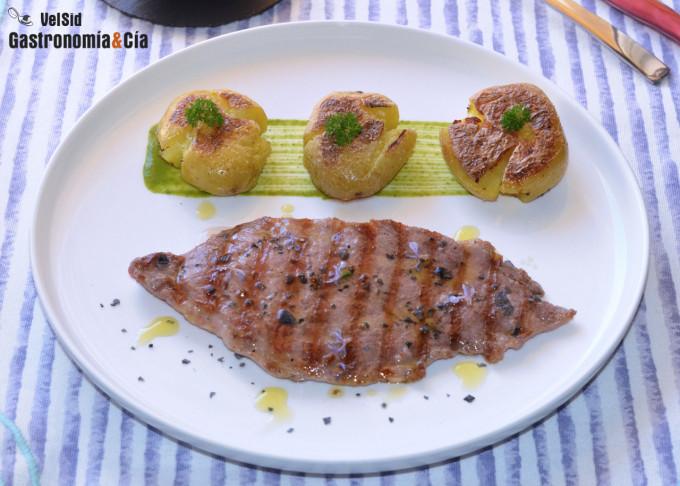 Presa de cerdo ibérico con patatas baby crujientes y sa